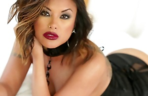 Gorgeous Kaylani Lei uses both forearms and the brush mouth to get a man off